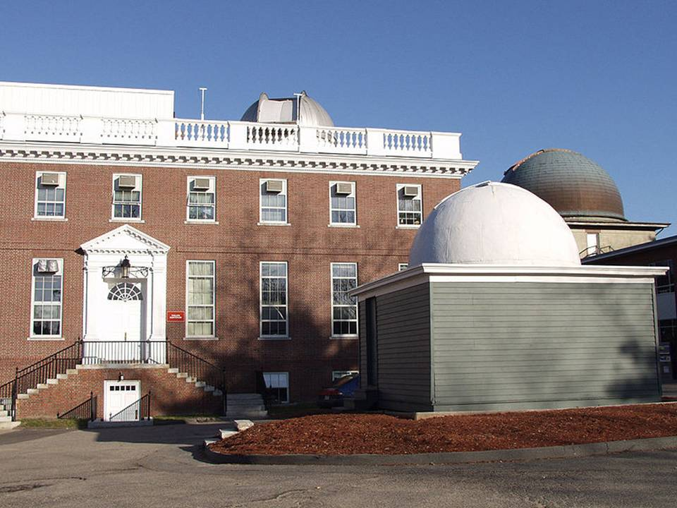 Exterior of Harvard-Smithsonian Center for Astrophysics, 60 Garden Street, Cambridge, Massachusetts. The building houses the Plate Stacks (©Copyright Harvard-Smithsonian Center for Astrophysics, CC BY-SA 3.0)
